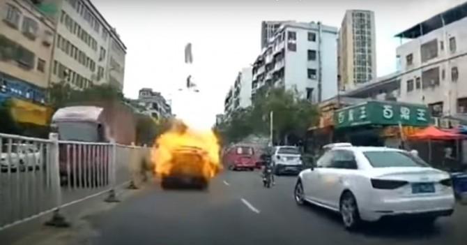 В Китае Toyota Camry взорвалась прямо во время движения по городу (ВИДЕО)