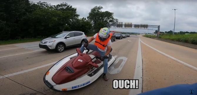 Что будет, если поехать на водном мотоцикле по асфальтовой дороге (ВИДЕО)