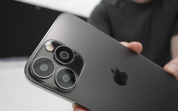 Новый iPhone 13 оснастили функцией спутниковой связи