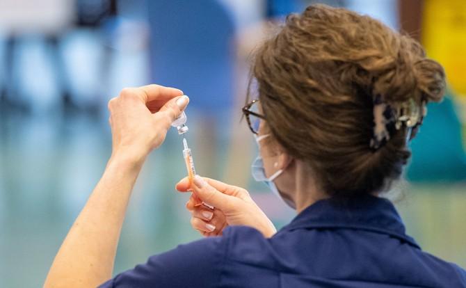 Ученые из Австралии связали побочные эффекты вакцинации с возрастом и генетикой