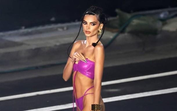 Эмили Ратаковски в бикини вышла на подиум
