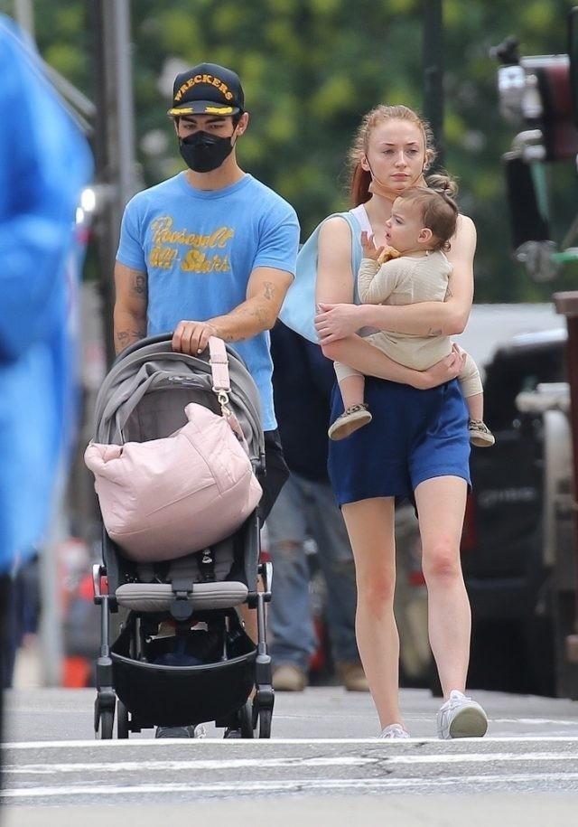 Софи Тернер и Джо Джонас впервые показали лицо дочери