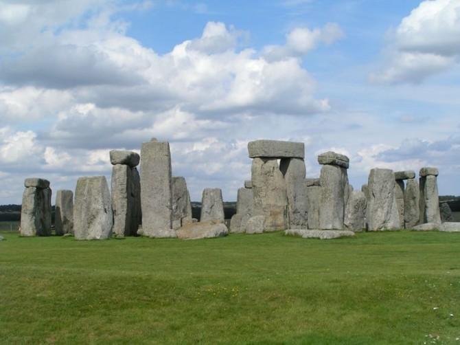 На камнях Стоунхенджа в Англии нашли трещины и дыры