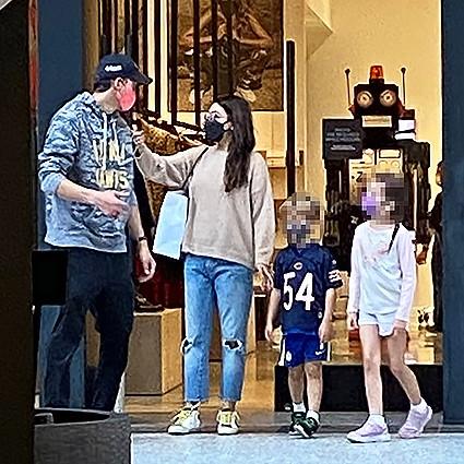 Мила Кунис и Эштон Катчер на шопинге с детьми в Лос-Анджелесе