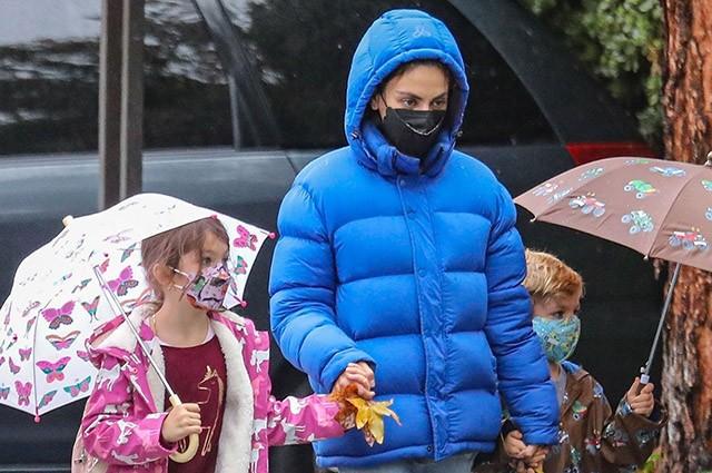 Мила Кунис с детьми на прогулке в Лос-Анджелесе