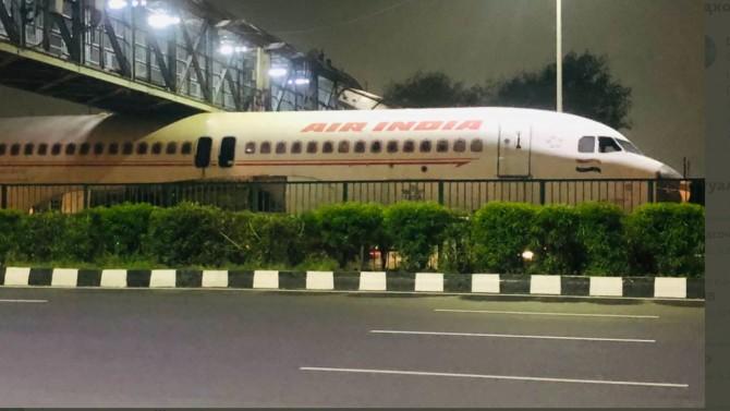 В Индии самолет застрял под пешеходным мостом (ВИДЕО)